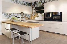 Skleněný obklad za kuchyňskou linku z grafoskla je nejen krásný napohled, ale i praktický. Do skla lze zalaminovat jakýkoli motiv či dekor. Cena od 8258 Kč/1 m²; J.A.P.