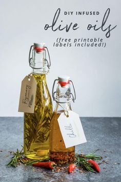Super easy DIY infused Oils with FREE printable gift labels! Super easy DIY infused Oils with FREE printable gift labels! Homemade Food Gifts, Diy Food Gifts, Edible Gifts, Flavored Olive Oil, Flavored Oils, Infused Oils, Christmas Food Gifts, Homemade Christmas Gifts, Holiday Gifts