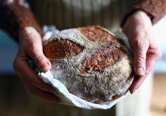 Backen Sie bloß nicht dieses Brot! Denn spätestens nach dem fünften oder siebten Versuch werden Sie ein Weltklasse-Brot gebacken haben. Und dann bestehen Ihr Partner oder ihre Partnerin darauf, dass Sie es jedes Wochenende aufs Neue backen. (Sollten Sie es trotzdem probieren wollen, lesen Sie weiter.)