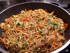 Fried Chinese noodles with shrimps Ingredients: 1 packet of Chinese noodles 1 onions 1 large carrot 1 sachet of frozen and peeled shrimps 1 lime juice A small hint of chili powder Ground pepper Olive oil … Greek Recipes, Indian Food Recipes, Asian Recipes, Ethnic Recipes, Baked Shrimp Recipes, Shrimp Recipes For Dinner, Healthy Gluten Free Recipes, South Indian Food, How To Cook Pasta