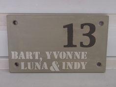 Stoer houten naambord voor bij de voordeur