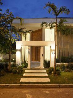 Casa com pé direito duplo - confira detalhes da porta de entrada e área de churrasco/lazer! - DecorSalteado