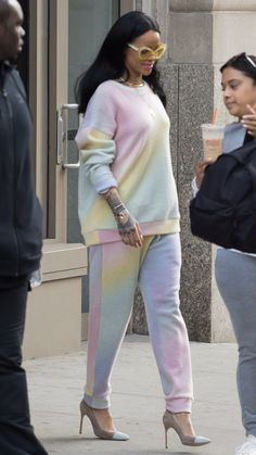 Rihanna channels spring in style with a bright tracksuit. Here are 19 of our favorite fashion-forward celebrity looks to inspire: Rihanna Thick, Looks Rihanna, Fashion Week, Look Fashion, Fashion Outfits, Female Fashion, Fashion Styles, Men Fashion, Fashion Trends
