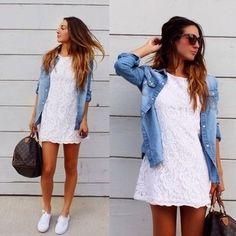 Look de moda: Vestido Casual de Encaje Blanco, Camisa Vaquera Celeste, Zapatillas Plimsoll Blancas, Bolso Deportivo de Cuero Estampado Marrón Oscuro