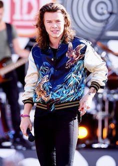 Style Watch: One Direction Performs on Good Morning America Harry Styles performs in a bomber jacket from Saint Laurent's spring-summer 2016 menswear collection. One Direction Concert, One Direction Harry, 1d Concert, Cool Outfits, Fashion Outfits, Classy Outfits, Fashion Men, Latest Fashion, Casual Outfits