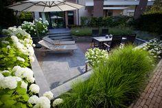 Aanleg zitkuil in tuin in Hattem, strakke moderne tuin.