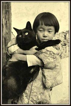 Yamamoto Kansuke 山本 悍右 A girl holding a black cat - Japan - ©Toshio Yamamoto Nippon-Graph Crazy Cat Lady, Crazy Cats, Asian Photography, Cat People, Vintage Cat, Pet Memorials, Yamamoto, Vintage Photographs, Vintage Photos
