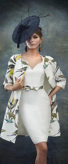 Me gusto este por la idea de un vestido simple con un abrigo fino estampado Chulo