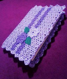 Linda capa para livros com até 25 centímetros de altura e 36 centímetros de largura (contando a lombada). Detalhes em flores e folhas também confeccionadas com crochê, todas com cerca de 3 cm de diâmetro. R$ 60,00 Crochet Book Cover, Crochet Hook Case, Crochet Books, Thread Crochet, Love Crochet, Crochet Bookmark Pattern, Crochet Motifs, Crochet Bookmarks, Crochet Patterns