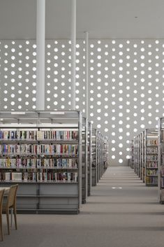 Kanazawa Umimirai Library / Coelacanth K Architects circulo trama biblioteca blanco Architecture Details, Interior Architecture, Interior And Exterior, Interior Design, Beautiful Library, Somerset, Library Design, Learning Spaces, Commercial Interiors
