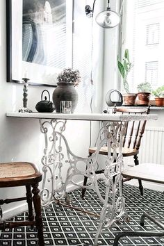 Old Sewing Machine Table, Antique Sewing Machines, Sewing Table, Recycled Furniture, Furniture Projects, Home Furniture, Furniture Inspiration, Country Decor, Vintage Decor