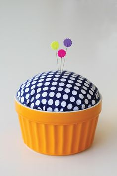Sewing Cushions Ramekin to Pin Cushion in 30 Minutes - Craftfoxes - Straight pins come in handy for so many reasons: sewing, craft projects, and office use, just to name a few. Sewing Projects For Guys, Craft Projects, Craft Ideas, Sewing Hacks, Sewing Crafts, Sewing Tips, Diy Cushion, Cushion Covers, Pillow Covers