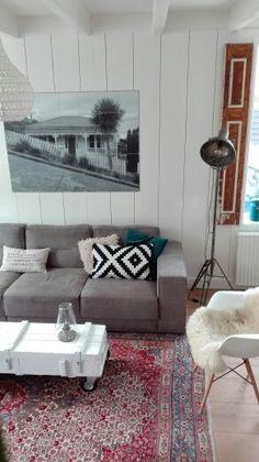 Woonkamer met Perzisch tapijt en een legerkist als salontafel.