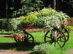 Вот так замечательно можно вписать всевозможные телеги, тачки и колеса в декор сада - Садоводка