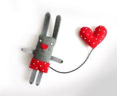 Broche de Conejo y su Corazón por krize en Etsy