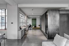 Für ein Schauspieler- und Regisseurspaar bauten APA ein offenes Apartment in ein altes Londoner Warehouse – warme Atmosphäre komplett in Grau.