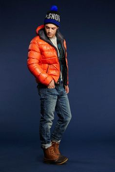 An orange puffer jacket and navy jeans matched together are a perfect match. Give an easy-going vibe to your getup by sporting a pair of brown snow boots. Parka Outfit, Mens Beanie Hats, Orange Jacket, Winter Outfits Men, Cool Jackets, Mens Fashion Suits, Navy Jeans, Gentleman Style, Men Looks