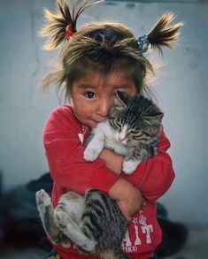 I love kitty! Animals For Kids, Animals And Pets, Baby Animals, Cute Animals, Animals Photos, Animal Pictures, Precious Children, Beautiful Children, Cute Kids
