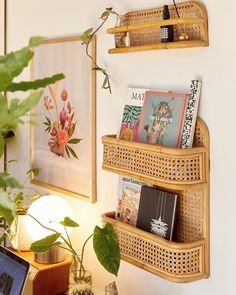 Keep your organization game strong this year with the cutest shelves around - Boho Büro Dekor Urban Outfitters Home, Urban Outfitters Furniture, Urban Outfitters Apartment, Uo Home, Aesthetic Rooms, Deco Design, Design Design, My New Room, Cheap Home Decor