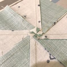 Sewing Block Quilts How to press a pinwheel block flat. How to reduce bulk in pinwheel seams. - Reducing bulk in Pinwheel Block seams is important for making a flat pinwheel quilt! Read this tutorial with pictures on how to get a flat pinwheel block! Quilting Tools, Quilting Tutorials, Quilting Designs, Triangle Quilt Tutorials, Quilting Ideas, Baby Quilt Tutorials, Quilting Projects, Colchas Quilt, Quilt Blocks