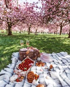 Picnic Date, Summer Picnic, Beach Picnic Foods, Family Picnic, Summer Beach, Summer Vibes, Brunch, Frühling Wallpaper, Romantic Picnics