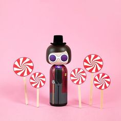 Hello Mr Wonka If I can find a top hat this may well be my Halloween costume this year Peg Wooden Doll, Wooden Pegs, Kokeshi Dolls, Blythe Dolls, Willy Wonka, Wood Toys, Art Dolls, Wood Crafts, Halloween Costumes