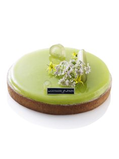 Chez Des Gâteaux et du Pain elegant lime tart with edible flowers. I want to try and make this at home this summer.