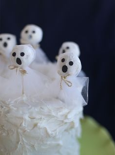 DIY donut hole ghosts. Simple and adorable for Halloween!