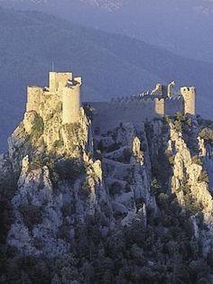 Château de Puilaurens (Aude) - D'abord refuge cathare, le château fut fortifié par Saint Louis vers 1250 et devint une place stratégique sur la frontière franco-espagnole.