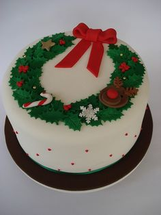 Christmas Garland cake This is the one. Love the design Christmas Themed Cake, Christmas Cake Designs, Christmas Cake Decorations, Christmas Cupcakes, Christmas Sweets, Holiday Cakes, Christmas Cooking, Christmas Goodies, Christmas Wedding