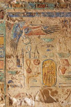 Hiéroglyphes colorés dans une section non restaurée   Temple de Karnak, Luxor, Égypte.