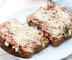 Toast met komkommersalade en rosbief | Gezond eten magazine