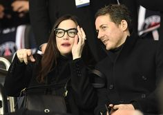 US actress Liv Tyler (L) attends the UEFA Champions League round of 16 first leg football match between Paris Saint-Germain and FC Barcelona on February 14, 2017 at the Parc des Princes stadium in Paris. / AFP / CHRISTOPHE SIMON