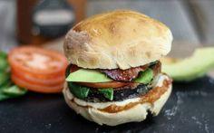 Ein leckeres Rezept für einen Burger mit Auberginen-Patty und Avocado.