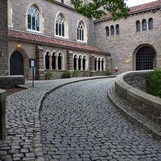 #NewYorkCity | The Cloisters entrance, Fort Tryon Park, north Manhattan Beautiful Architecture, Art And Architecture, Cloisters Nyc, Washington Heights, Medieval Life, Church Building, New York City, Places To Go, The Neighbourhood