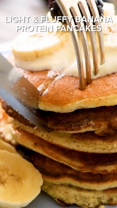 Light & Fluffy Banana Protein Pancakes are a healthy breakfast with 5 ingredients, egg whites, protein powder & ripe bananas for a low-fat and low-carb meal Low Calorie Pancakes, Healthy Low Calorie Breakfast, Low Fat Breakfast, Pancake Calories, No Calorie Snacks, Low Calorie Recipes, Healthy Breakfast Recipes, Pancakes For Breakfast, Simple Banana Pancakes