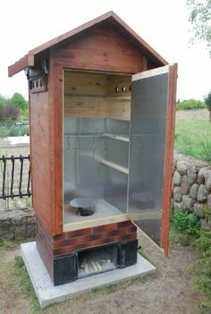 Defumadores - Expolore the best and the special ideas about Homemade smoker Backyard Smokers, Outdoor Smoker, Outdoor Oven, Outdoor Cooking, Bbq Pit Smoker, Diy Smoker, Bbq Grill, Smoke House Plans, Smoke House Diy
