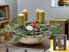 ADVENTSSCHALE: Trockenblumensteckschaum in die Schale einlegen. Geweißte, trockene Äste, Koniferen- und Fruchtzweige einstecken. Kerzenteller am Stab hinzufügen. Die weihnachtlichen Accessoires mit Draht fixieren, anbinden oder einfach hinzulegen.