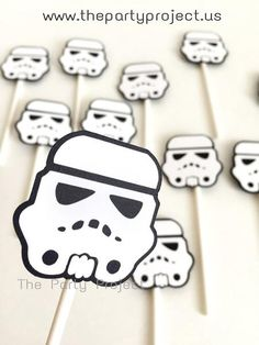 May the force be with you... to plan an incredible Star Wars party with these printable stormtrooper cupcake toppers! /////// Imprimibles para fiesta Star Wars!