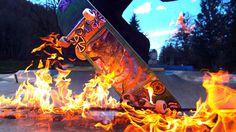 Yeah! Jump in the Fire! BeyondSlowmotion hat tolle Aufnahmen geschossen von Skateboarden, die durchs Feuer springen. Bei leichtem Regenwetter wurde eine brenzlige Skate-Session auf die Beine gestellt, an welcher diese beeindruckenden Bilder entstanden sind