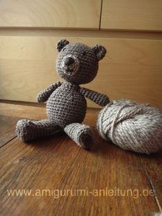 Teddybär aus dunkler und heller Wolle