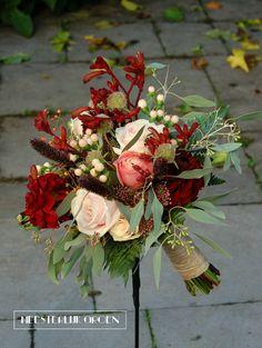 Hand gebonden bruidsboeket in herfstkleuren waaronder Marsala (bordeaux / warm rood) en zalm. Handvat afgewerkt met jute touw. Www.meesterlijkgroen.nl