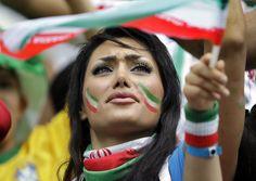 """زن ایرانی بی حجابی که در تمام گزارش های تصویری""""یاهو""""از جام جهانی،حضور دارد+تصویر"""