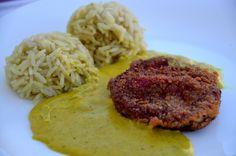 Rote Beete Schnitzel mit Currysoße und Reisbällchen. Mit glutenfreien Semmelbrösel auch ein Genuss für Leute, die Gluten nicht vertragen