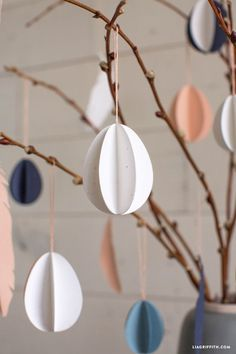 Dress up your Easter tree with these easy paper eggs. This project is inspired by the Scandinavian tradition of påskris. egg decorating ideas diy DIY Paper Egg Ornaments for Your Easter Tree Velas Diy, Diy Osterschmuck, Ideas Prácticas, Food Ideas, Decor Ideas, Diy Ostern, Diy Easter Decorations, Shell Decorations, Easter Centerpiece