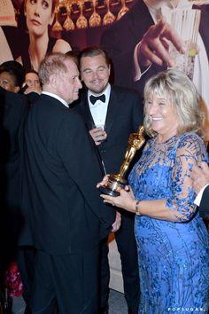 Pin for Later: Die 40 besten Fotos der Oscars  Leonardo DiCaprio's Mutter Irmelin Indenbirken durfte seinen Oscar stolz halten.