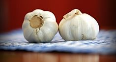 Herbalife Nutrition Tip: Try out roasted garlic instead of butter. When your oven is on, drizzle olive oil on a handful of heads of garlic & roast 👅👅👅 Cold Home Remedies, Herbal Remedies, Holistic Remedies, Importance Of Garlic, Hacks Cocina, Oregano Recipes, Garlic Breath, Garlic Health Benefits, Raw Garlic