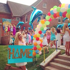 This is from sorority bid day. The girl seems happy in this picture. My roommate went through rush week and said it was the hardest week of her life. Is being in a sorority at UK worth it? Total Sorority Move, Sorority Bid Day, College Sorority, Sorority Crafts, Sorority Life, Delta Phi Epsilon, Alpha Xi Delta, Tri Delta, Theta