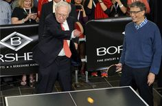 Cheryl watching Warren Buffett and Bill Gates play ping pong at Borsheim's in Omaha, Nebraska a the Berkshire Hathaway annual shareholders meeting Most Successful Businesses, Successful People, Nebraska, Best Ping Pong Table, Forbes 400, Warren Buffett, What The World, Image Of The Day, Bill Gates