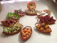 Ideas Flowers Bouquet Gift Decoration For 2019 Fruit Decorations, Diwali Decorations, Indian Wedding Decorations, Baby Shower Decorations, Floral Baby Shower, Baby Shower Plates, Wedding Gift Boxes, Wedding Gifts, Janmashtami Decoration